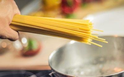 Süße Spaghetti mit marinierten Erdbeeren und Zabaione