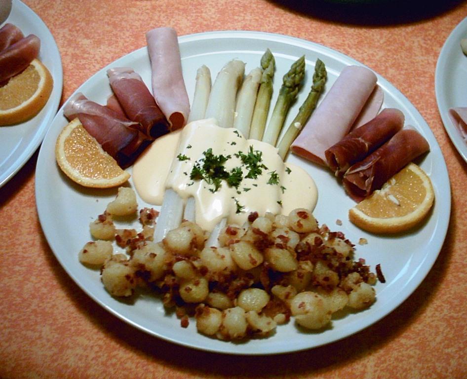 Spargel mit dreierlei Schinken und Speckkartoffeln