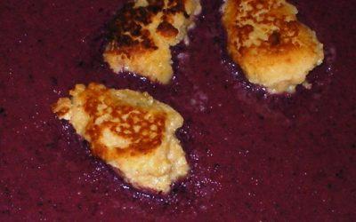 Blaubeereis mit gebratenen Ricottanocken und Zitronensirup