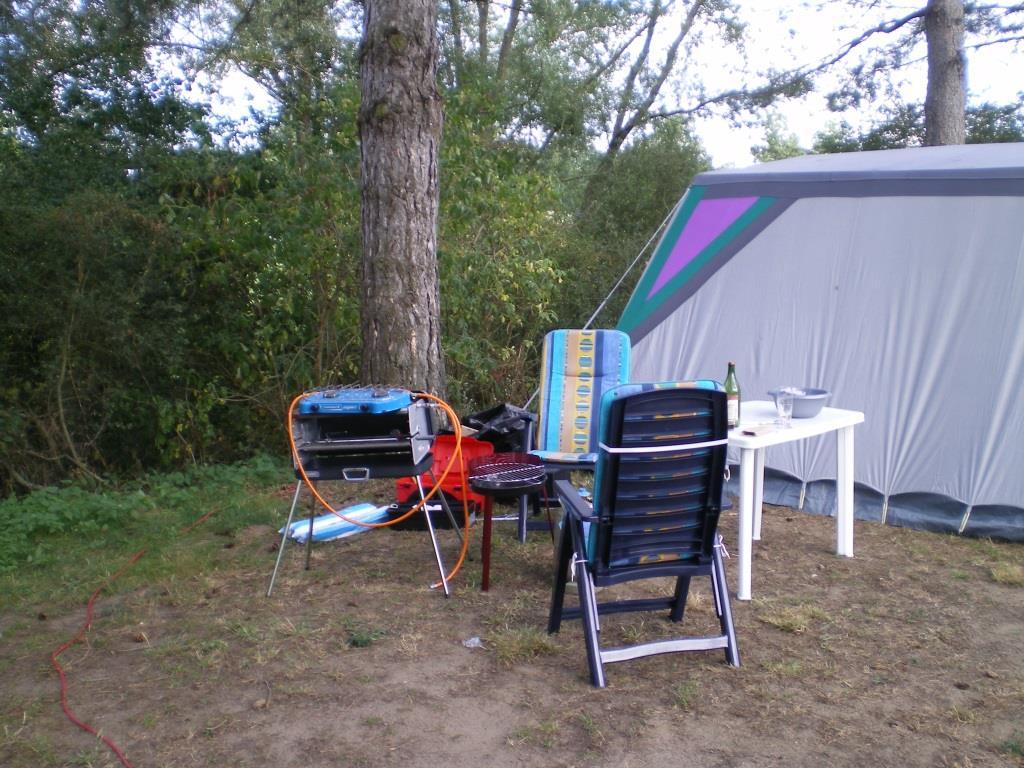 Sitzecke neben dem Zelt