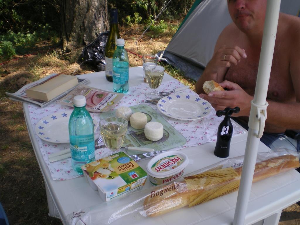 Mittags auf dem Campingplatz: Ziegenkäse und Wein aus Sancerre