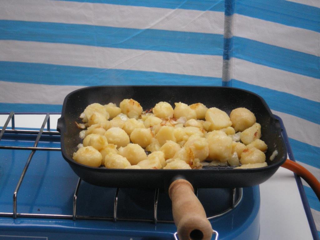 Bratkartoffeln auf dem Gasherd.