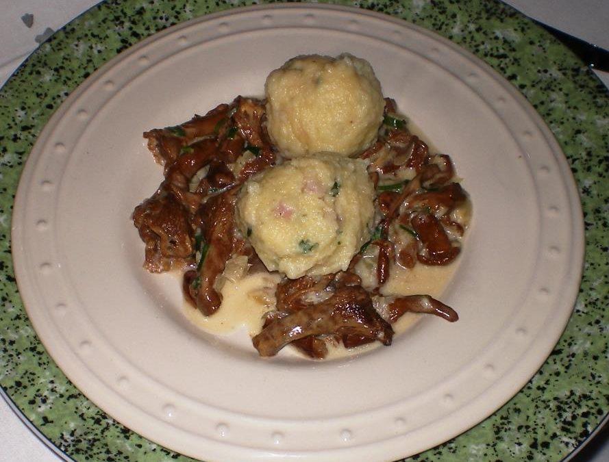 Kartoffel-Speckknödel mit Rahm-Pfifferlingen